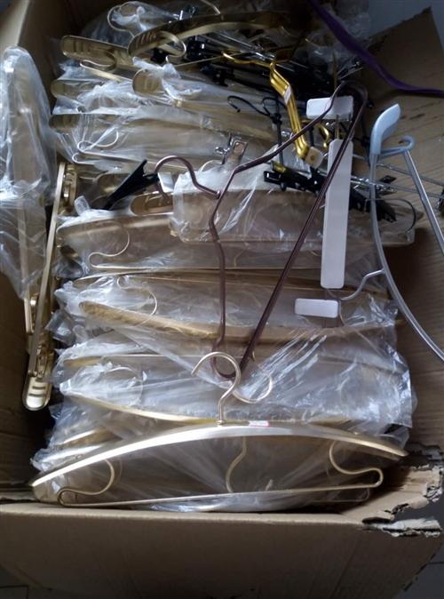 全新宽肩铝衣架,大约200多个,半价处理,网上一半的价格