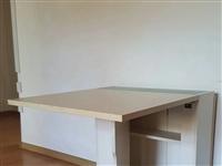 可折叠餐桌。两把椅子。曲美家居。