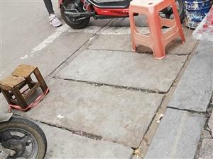新县亚新门口一女的卖水果占用公共资源