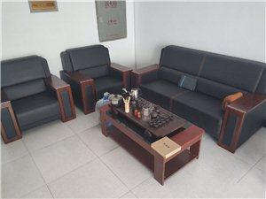 #办公家具、三带二办公沙发、带茶几、完全跟新的一样、买来没用过几天!联系电话:18804333559