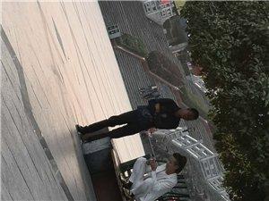 铜仁锦江广场红绿灯路口,树下的休闲坐登,这人却蹲在上面,搞脏坐凳卫生,行为不雅,不应该。