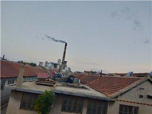 威海西路热电厂白天冒白烟,黑天冒黑烟