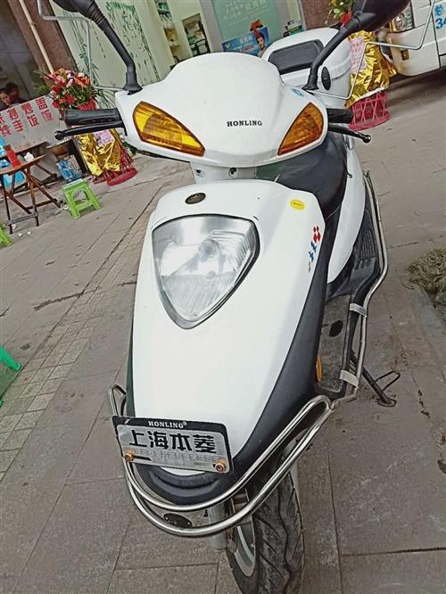 本凌踏板摩托車,此車全新無事故車,年齡已經兩年半了,證件齊全,可以過戶,價格便宜,適合上班族