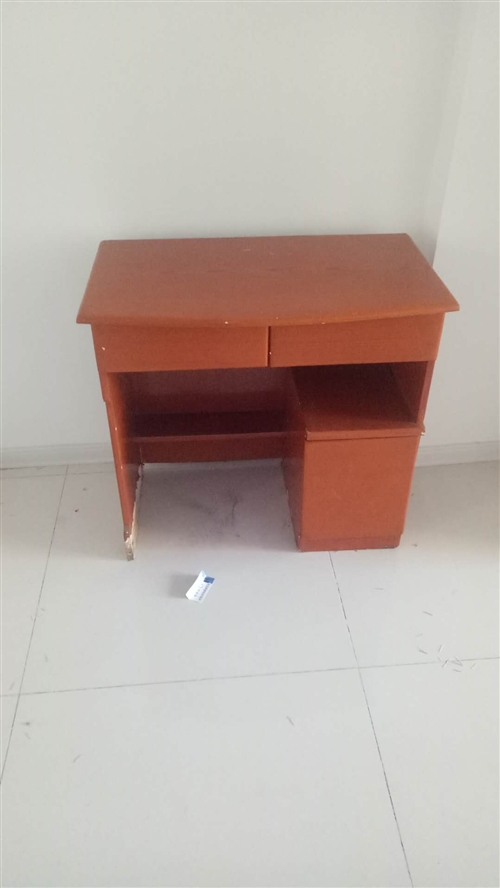 出售展示柜和展示台,电脑桌和电脑椅,有需要电话联系。