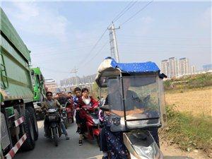 霍邱县双黄路渣土车占道堵车的问题