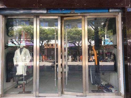 凤翔街27服装店转让 面积50多个平方 厕所 热水器 空调 都有  有个房间可住人