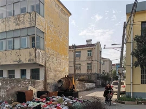 新县火车站货场装卸楼这里的垃圾成堆,谁来管?