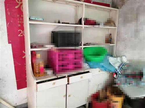 有一組中藥藥柜,和一組西藥藥柜,有需要的聯系