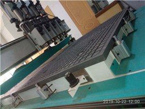 木工机械类。    开料机两台,台面1325型号,都是六千瓦四主轴,真空吸附。一台九成新,另一台全...