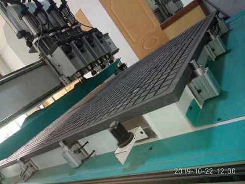 木工机械。四主轴木工开料机侧孔机,共三台。八九成新,在质保期,保养良好,无故障。六千瓦主轴带真空吸附...