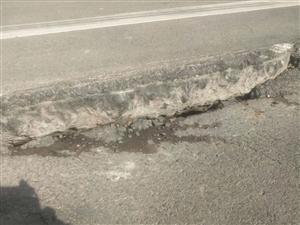 珠江街和嵩山路交叉口西路面塌陷严重
