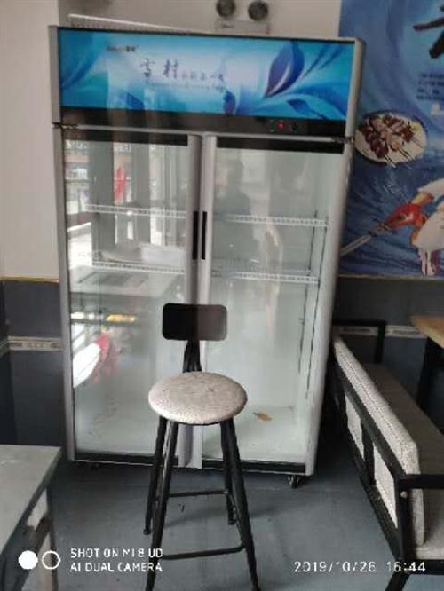 餐厅不做了,四门展示柜两台,六门展示柜一台,四门六门冰箱各一台,炉灶,操作台,桌椅沙发处理价格面议电...
