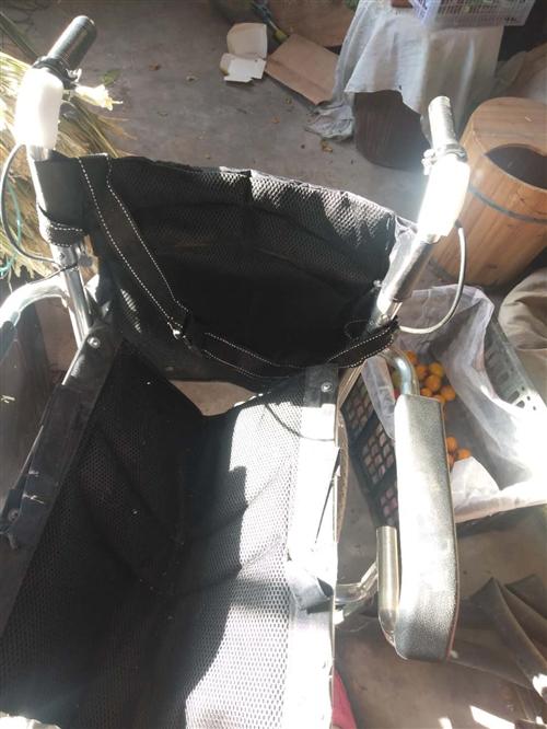 今年5月份買的輪椅,質量好,折疊式的??梢苑旁谄嚭髠湎?。沒用幾次,九成新。買時260元?,F價200...