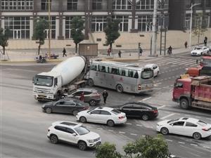 雄州大道十字路口车祸