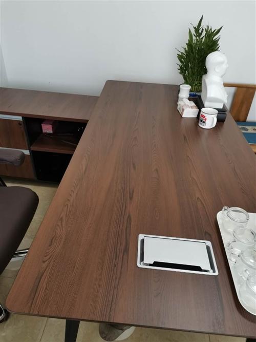 处理办公用品  桌椅  沙发  价格电话咨询。