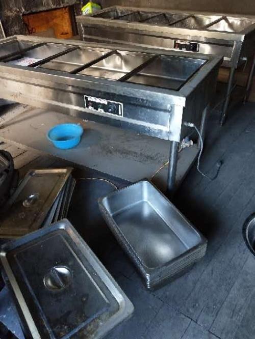 出售兩臺快餐保溫箱,以前買的時候是900一臺。現只要600兩臺  還能用。有需要的聯系。放在家占位置...
