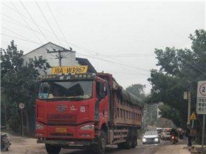 超载货车碾压路面,安全隐患大