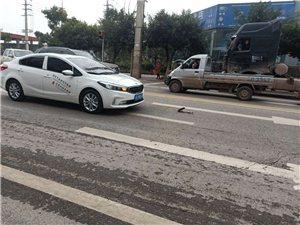 今日下午3点多,简阳凯力威大道红绿灯口处发生一起车祸