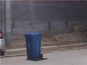公共垃圾桶被挪移