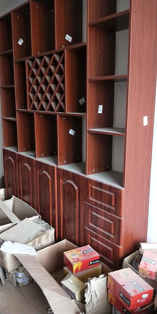 九成新的衣柜,酒柜。處理,因為在自己家的店里當樣品柜,是訂制的,現在便宜處理。