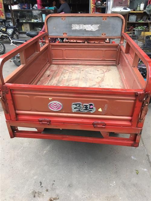 出售九成新愛瑪電動三輪車,車廂長一米三寬一米,車況良好電瓶良好,行程五十里。