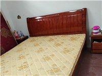 本人有几张二手实木床和沙发。白菜价出售。