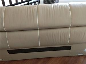 双虎7成新品牌皮床,尺寸2.4×2.2,带两个床头柜!另加品牌床垫一张!搬家,急着出售