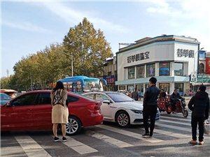 中心路红白两辆小轿车发生剐蹭