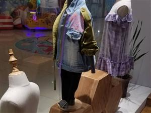 童�b店整�w道具�D�(衣架,�架,桌子,收�y�_,架子,模特)。超低�r�理。