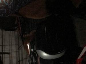 两辆电动车前后座位都被可疑人用利器割坏
