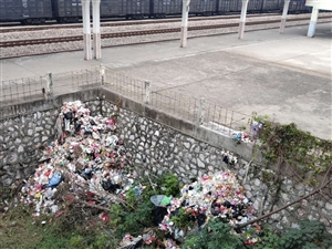 火�站附近垃圾成堆