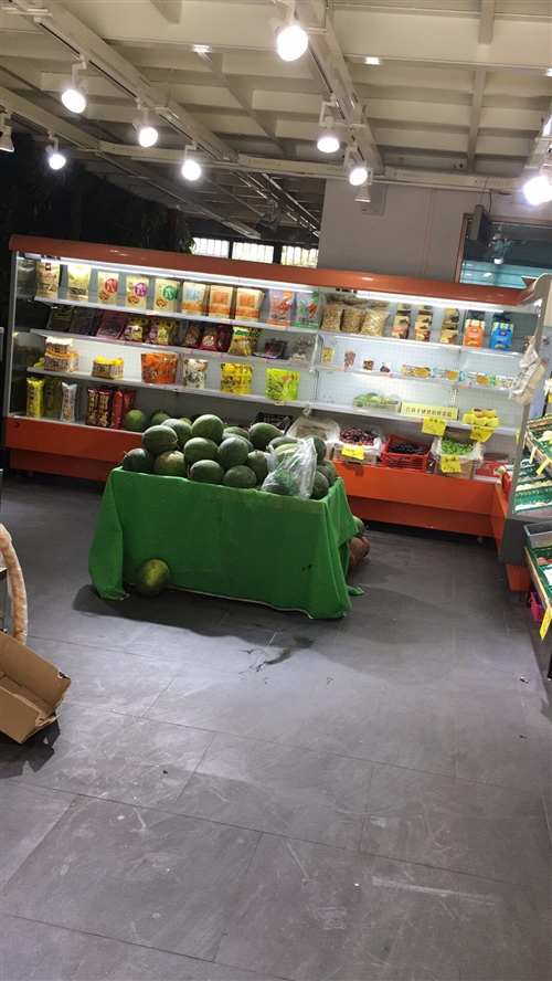 出售水果店設備.七米長得保鮮柜,兩組能裝干果的架子.五組帶鏡子的架子.一個平面架子,可分開出售,