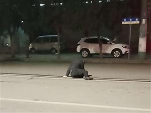男子迎宾路上喝高了,躺在大马路上