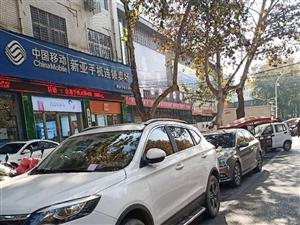 老一峰门口北边取消停车位,车主在此停车违章