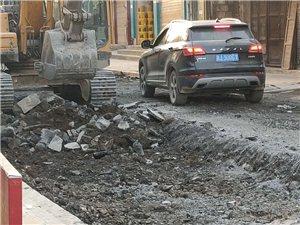 修路的时候,挖机不小心挖破天然气管子,包工头并没有做什么安全措施!