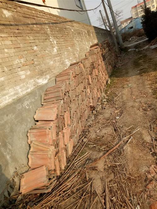 自家房子拆下来的屋顶楼板跟机瓦,堆放在县城西区,低价抛售,有意者电议