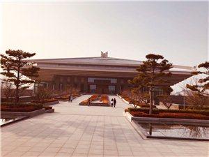曲阜市孔子博物院位于山� 省曲阜市孔子大道100�,是�榱思o念孔子、集中展示孔子思想�W�f、�鞑ズ�P以儒