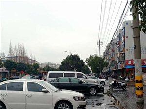 阜��招商�鲩T口路上�常有很多��M停在人行道上