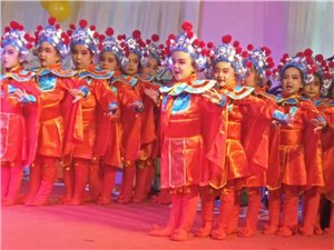 玉门二幼大二班庆新年汇报演出,给孩子充分展示自己的舞台