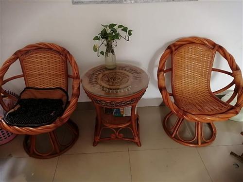 全藤編旋轉椅,桌子魚福圖案,買時1500因地方狹小放不上現轉賣,完好無損可送貨。