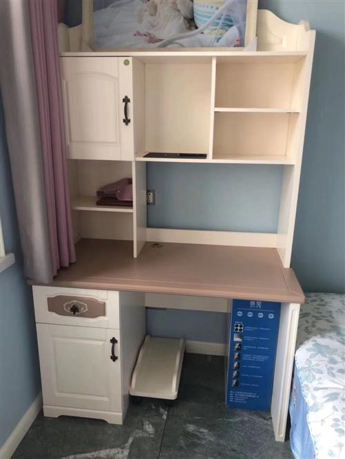 出售九成新的儿童房套件,价格5000左右(可议价),有意者请联系13111112789谢谢