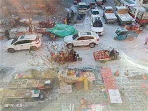玉门镇老城商联超市马路上占道经营影响交通,