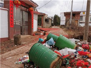 全民抵抗病毒期间,居民正大门口垃圾成堆
