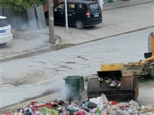 摆榜甲坝垃圾堆在医院门口乱焚烧