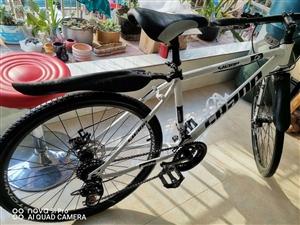 山地自行车九成新,没骑几天,无损伤。网上买的无发票,买时二百多。有需要的联系,价格面议。