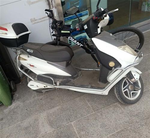 爱玛牌踏板电动车,八成新。电瓶刚换不久。德令哈市区内交易。实心要看车可议价