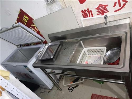 店面房租到期出售:三开门冰柜2个,两开门冰柜2个,桌椅板凳,等!!!