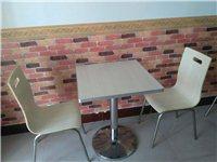 **的二人桌椅,铝合金包边,不锈钢座,结实耐用,一共六套