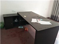 9成新办公桌,白色桌整套。有需要尽快联系!