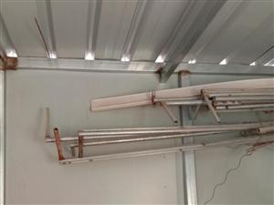 出售六分管�F棚子,�M�b的,外面可包裹塑料�F皮2?4?3的,�三道梁,前後各加一��立柱,外加����T